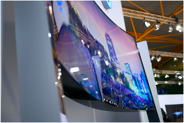 What Are The Pros and Cons Of A Curved TV?